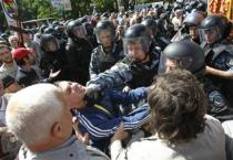 Riot police try to stop Orthodox Christian activists as they protest against the march of gay rights activists across Kiev May 25, 2013. REUTERS/Sergii Polezhaka